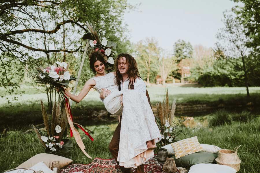Lo sposo raccoglie la sposa per festeggiare