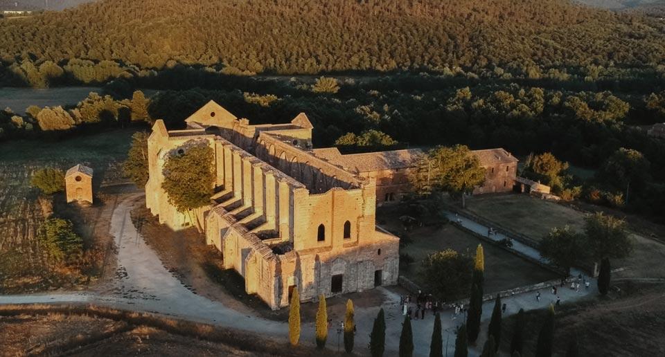 l'Abbazia di San Galgano in Toscana, luogo ideale per un matrimonio intimo.